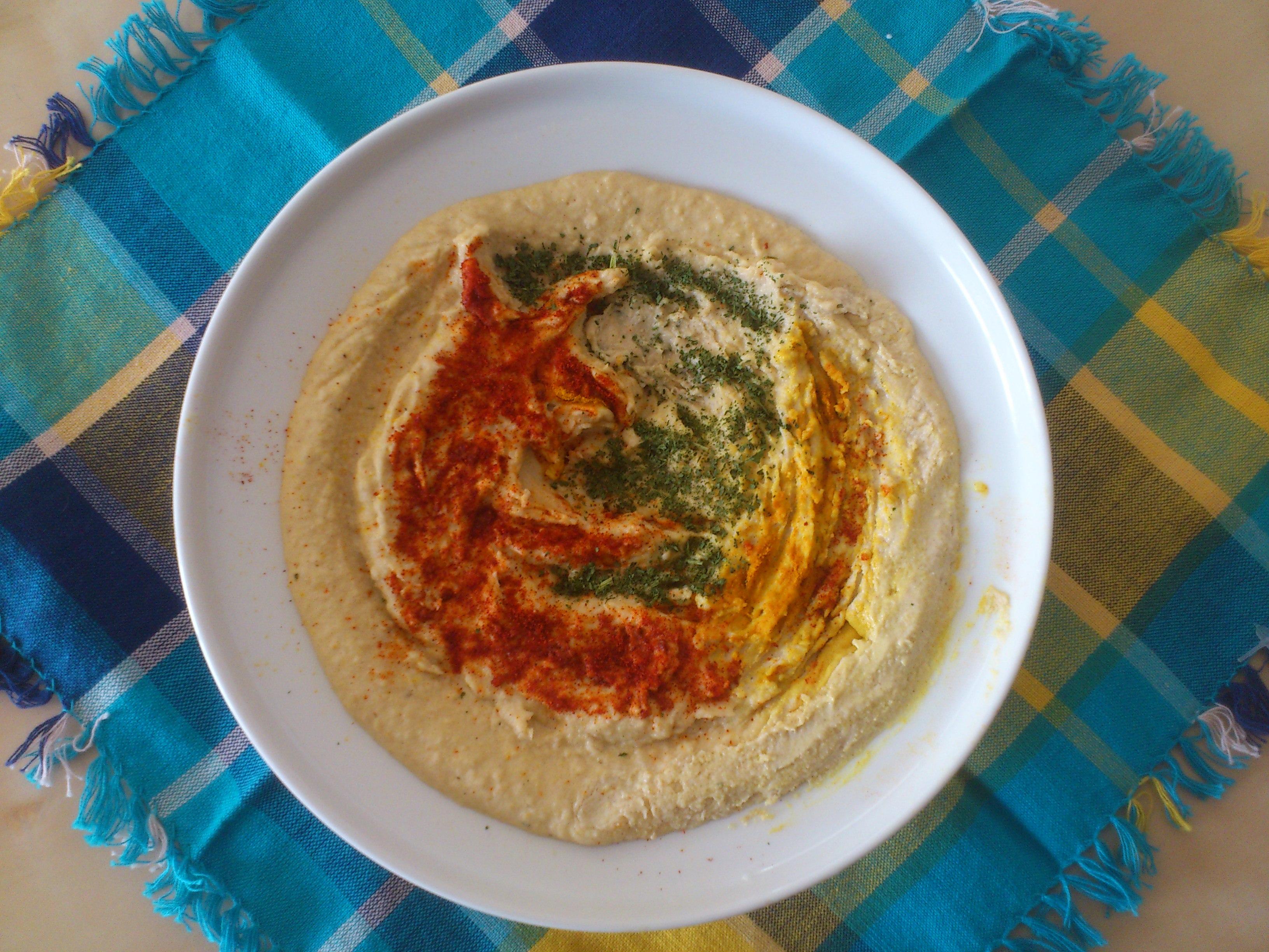 a plate of home-made hummus, with seasoning in the shape of Mozilla Firefox logo / צלחת חומוס עם תיבול בצורת הסמל של מוזילה פיירפוקס