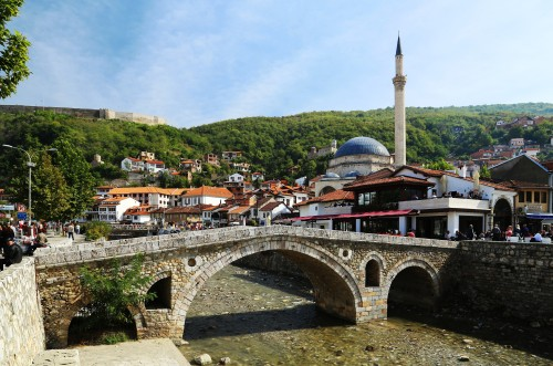 Prizren, Stone bridge and Sinan Pasha Mosque. Tobias Klenze, CC-BY-SA 3.0